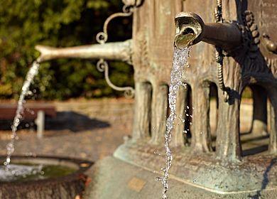 Eine Sehenswürdigkeit der Mosel ist der Doctor Brunnen in Bernkastel-Kues.